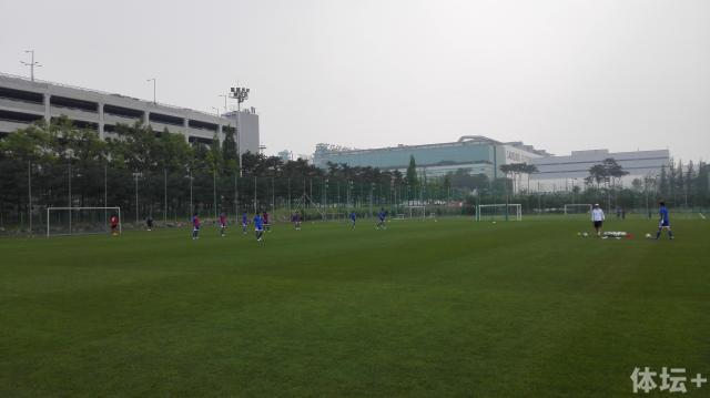 U18梯队一周只有一两次安排在一线队的天然草坪上训练.jpg