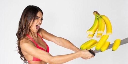 体育画报泳装模特挥刀砍香蕉 意大利美女健美身材垂涎欲滴