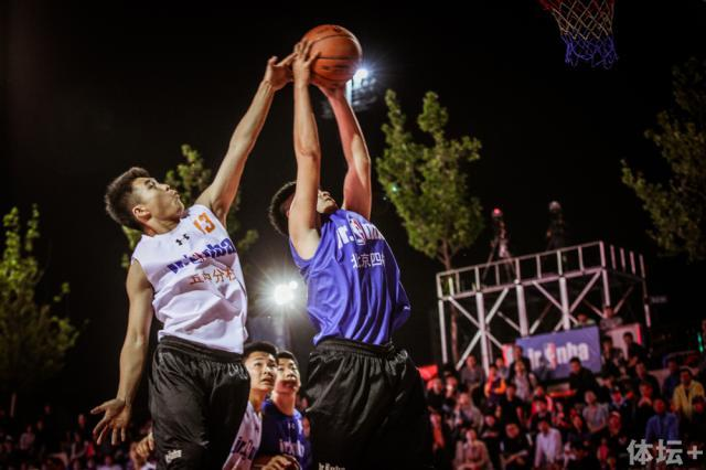 北京四中球员带球上篮.jpg