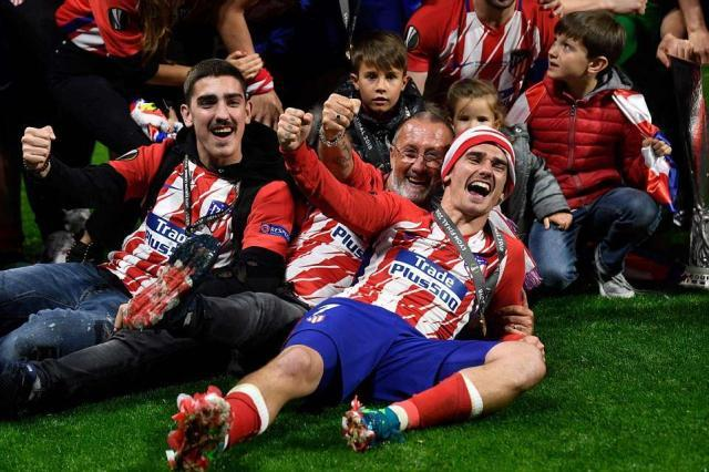 4C55D3B700000578-5737337-Griezmann_celebrates_with_the_families_of_his_Atletico_Madrid_te-a-27_1526510276744.jpg