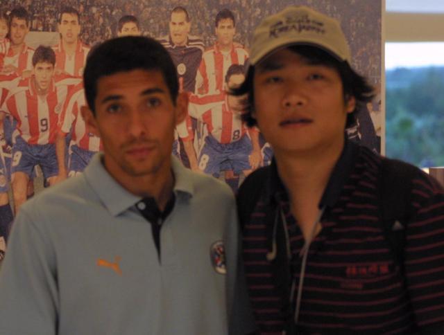 2002年世界杯赛期间采访曾在北京国安效力的巴拉圭球星冈波斯.jpg