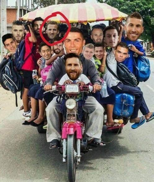 再看看世界杯的接机队伍,纳尼?怎么凯恩一早就上车了?.png