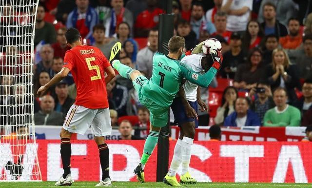 4FE7685C00000578-6146493-The_Arsenal_striker_was_harshly_adjudged_to_have_fouled_David_de-a-9_1536440840083.jpg
