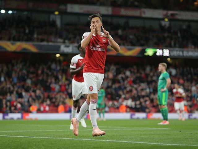 4436524-6190539-Ozil_celebrates_his_first_goal_and_Arsenal_s_fourth_of_the_night-a-18_1537478493650.jpg