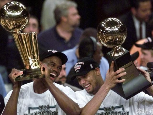 tim-duncan-robinson-celebrate-1999-title.jpg