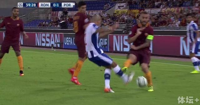 De-Rossi-tackle.jpg
