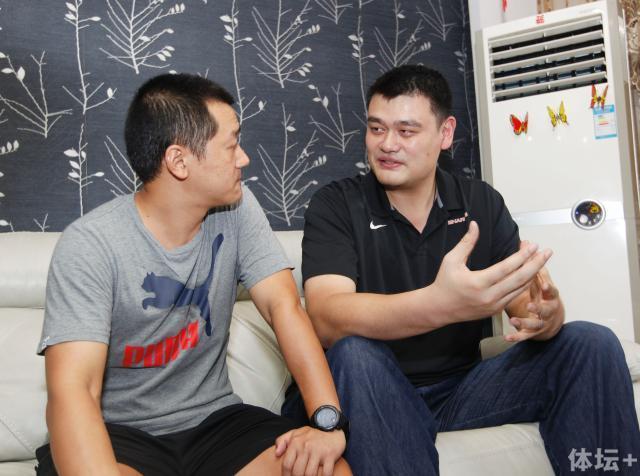 姚明和幸运球迷付雯老师交流体育教育的问题.jpg