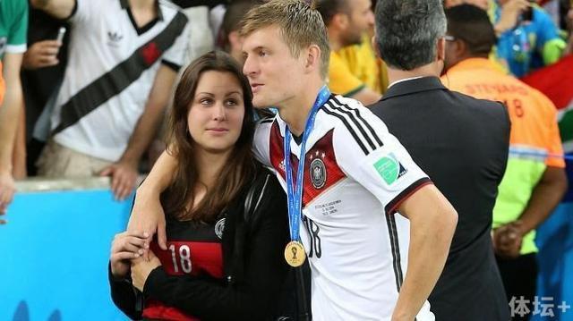 Toni-Kroos-partner-Jessica-Farber-6.jpg