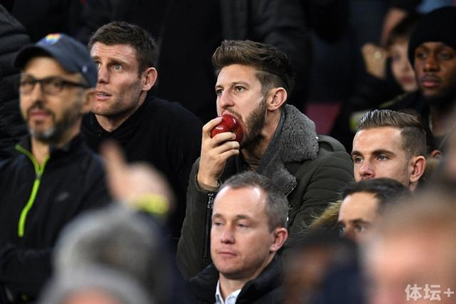克洛普携利物浦球员观看巴萨比赛4.jpg