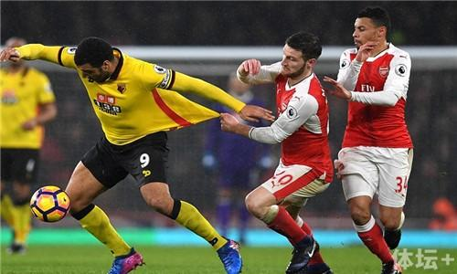 3CB48C6800000578-4177100-Shkodran_Mustafi_almost_pulls_the_shirt_from_Deeney_s_back_as_th-a-13_1485897875838_副本.jpg