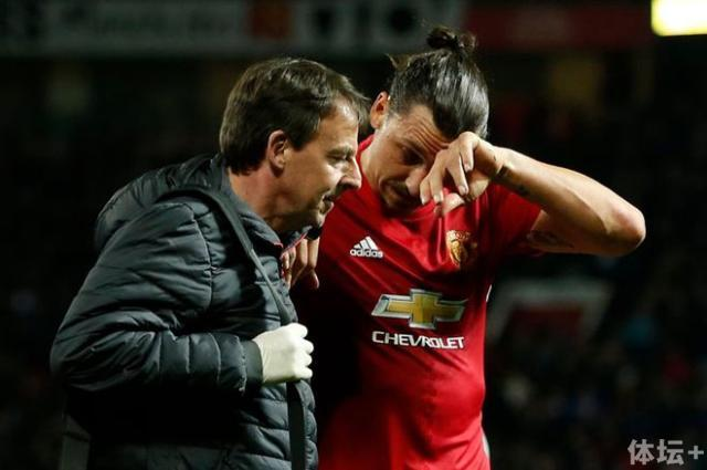 Manchester-Uniteds-Zlatan-Ibrahimovic-receives-medical-attention-after-sustaining-an-injury_副本.jpg