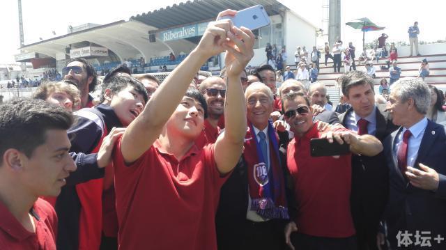 张凌峰和队友一起与葡萄牙总统玩起了自拍.jpg