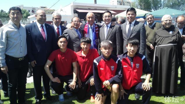 葡萄牙总统与中国驻葡大使、俱乐部投资人以及在该俱乐部效力的几名中国小球员合影.jpg