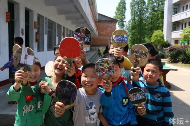 4-展示自己乒乓球拍学生们.jpg