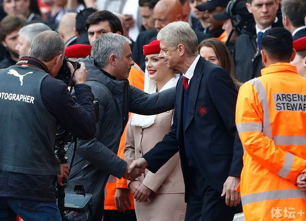 Manchester-United-manager-Jose-Mourinho-shakes-hands-with-Arsenal-manager-Arsene-Wenger-before-the-m.jpg