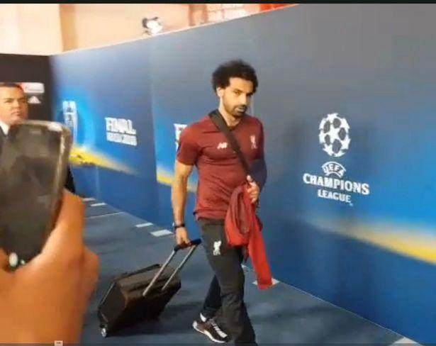 mo-salah-leaves-stadium-with-arm-in-a-sling-after-suffering-serious-shoulder-injury_副本.jpg