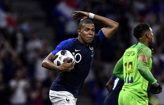 417FF9C00000578-5825163-Mbappe_waves_to_fans_as_he_encourages_the_team_to_try_and_push_f-a-226_1528582503367.jpg