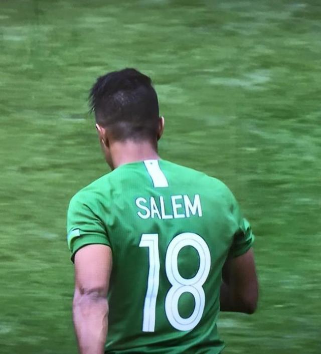 """沙特18号球员萨勒姆球衣背后的数字""""8""""印反了.jpg"""