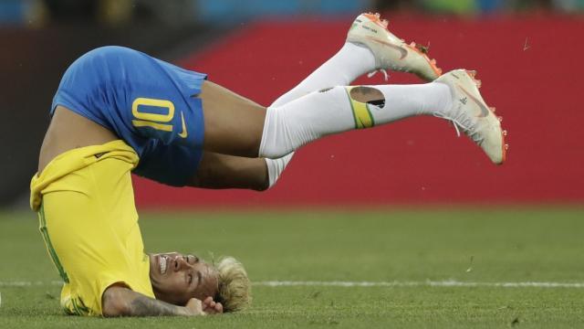 neymar-exibe-meiao-rasgado-durante-a-partida-entre-brasil-e-suica-1529262358047_v2_16x9.jpg