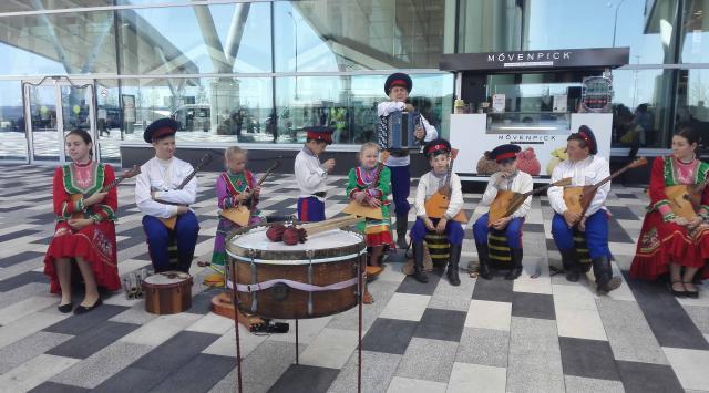 机场出入口大门前的民族表演小组.jpg