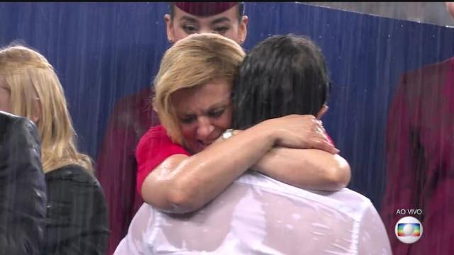 在雨中拥抱她心目中的英雄!.jpg