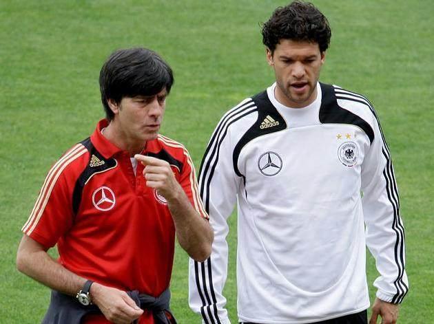 Fussball-Bundestrainer-Joachim-Loew-und-Michael-Ballack-beim-Training.jpg