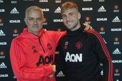 1_Luke-Shaw-Signs-a-New-Contract-at-Manchester-United.jpg