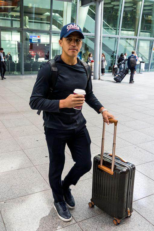 0_PAY-EXCLUSIVE-Man-Utd-Player-Alexis-Sanchez-Flies-Into-The-UK-From-Chile.jpg