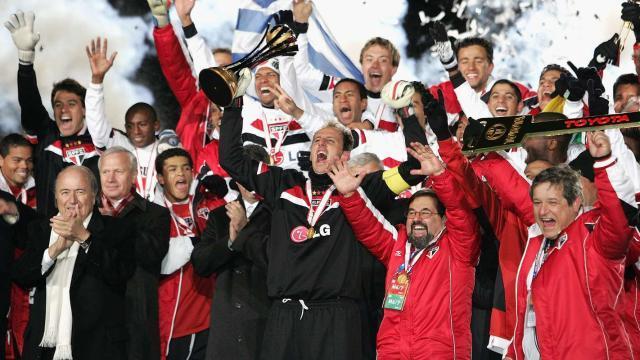 rogerio-ceni-joseph-blatter-sao-paulo-fifa-club-world-cup-2005-18122005_1c69ce5xybt901suxf6a3f7bok.jpg