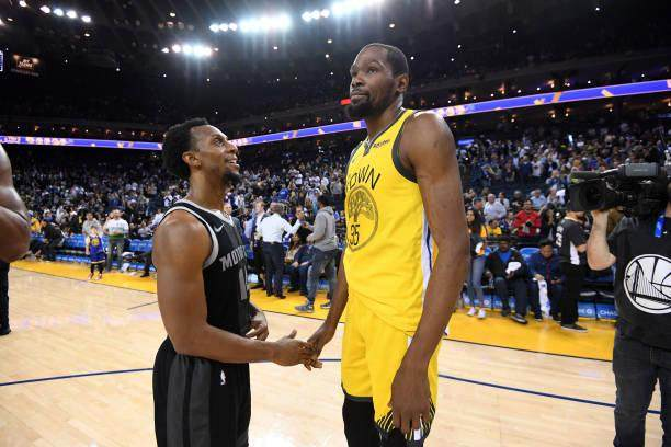 ish-smith-of-the-detroit-pistons-and-kevin-durant-of-the-golden-state-picture-id1132692419.jpg