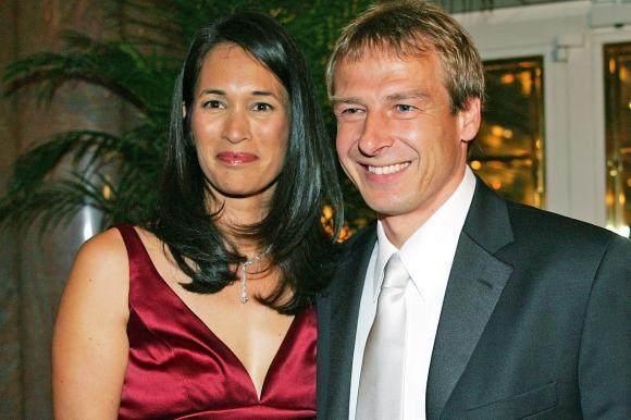 Juergen-Klinsmann-mit-Ehefrau-Debbie.jpg