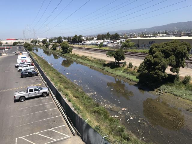过街天桥下的臭河沟.jpg