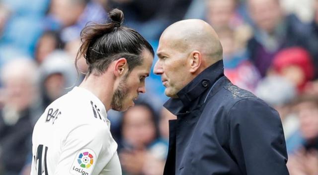 Gareth-Bale-Zidane-190511-Wallking-Past-Each-Other-G1050.jpg