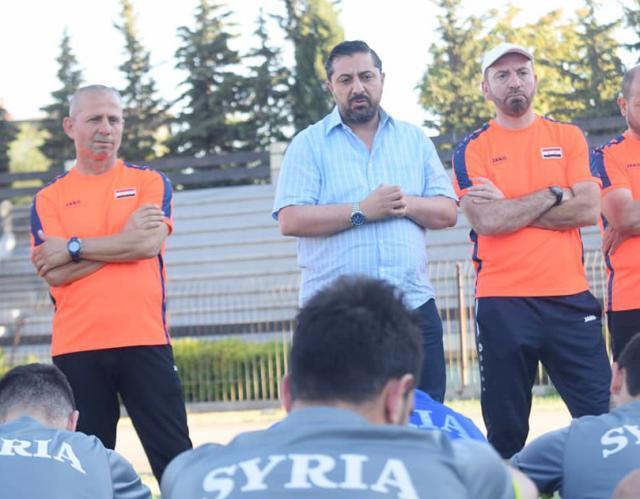 叙利亚足协主席达巴斯(中)率其他成员率先辞职.jpg
