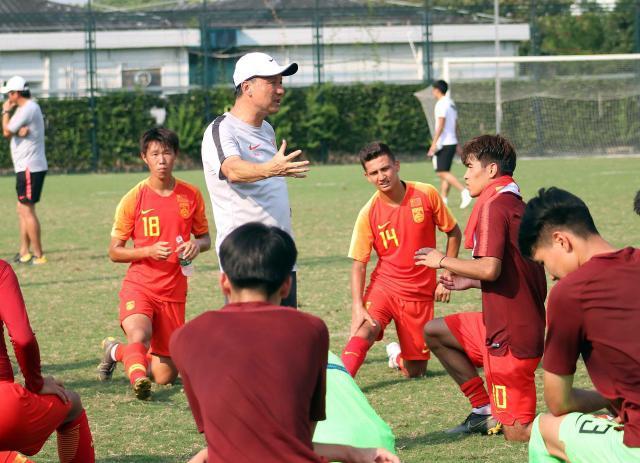 主教练成耀东在给球员进行赛后分析.jpg