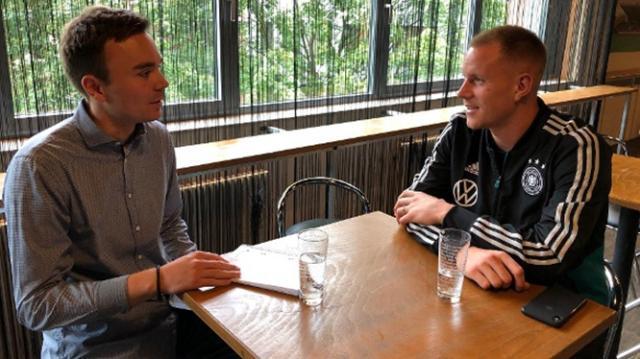 marc-andre-ter-stegen-und-t-online-de-redakteur-luis-reiss-beim-interview-im-hamburger-millerntor-stadion-der-barcelona-torwart-kaempft-weiter-um-die-rolle-als-nummer-eins-in-der-nationalelf-.jpg