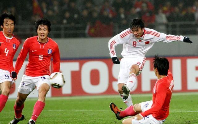足球图片6 2010.2.10 东亚四强赛第2轮 中国3-0韩国 60min 邓卓翔 3-0 图片1_副本.jpg