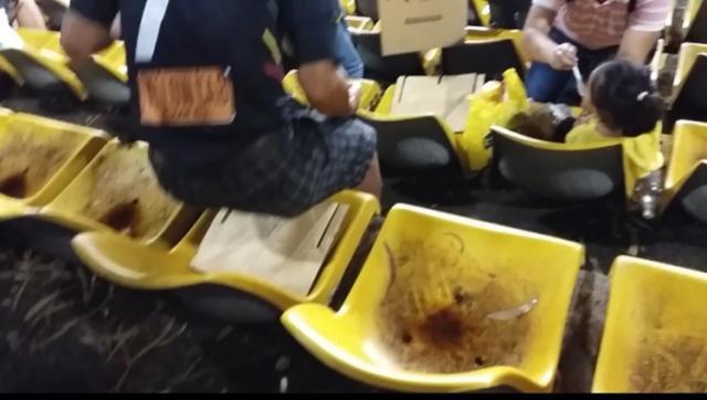 缺乏清理的球场座椅.jpg