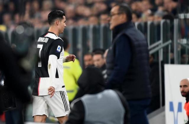 Cristiano-Ronaldo-menuju-ruang-ganti-setelah-ditarik-oleh-Maurizio-Sarri-pada-laga-Juventus-vs-AC-Milan-tuttomercatoweb.com_.jpeg