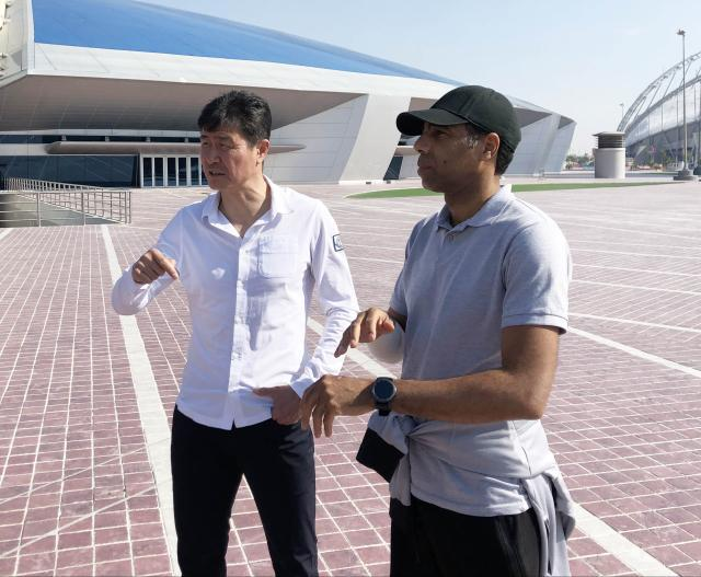 郝海东与卡塔尔足坛名宿穆斯塔法·穆巴拉克在1997与2001年世界杯预选赛中同场较量过.jpg