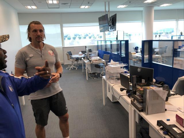 4-梯队教练与工作人员向记者介绍相关情况.jpg
