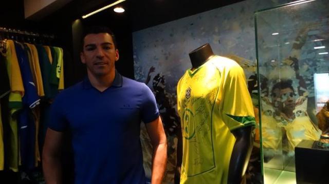 lucio-ao-lado-da-camisa-do-titulo-da-copa-do-mundo-com-a-selecao-brasileira-1580427383662_v2_750x421 (1).jpg