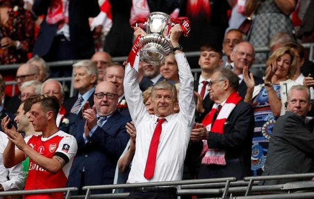 1496026857_arsene-wenger-arsenal-fa-cup-trophy-contract.jpg