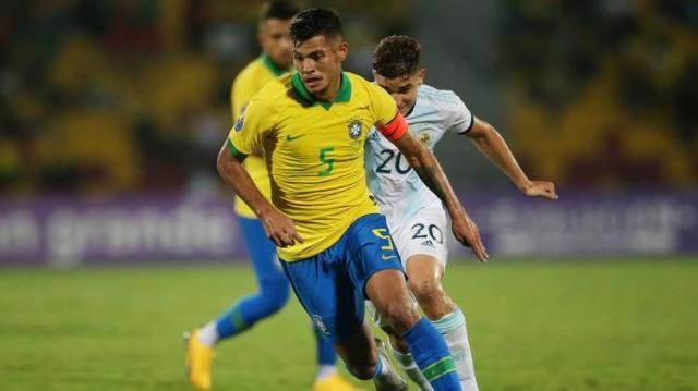 capitao-do-brasil-bruno-guimaraes-carrega-a-bola-no-jogo-contra-a-argentina-no-pre-olimpico-1581303409972_v2_750x421.jpg