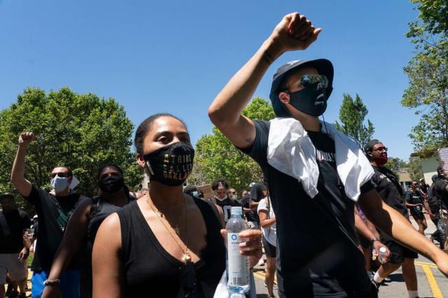《【天辰直营代理】库里与汤普森参与和平游行 单膝跪地反对种族歧视》