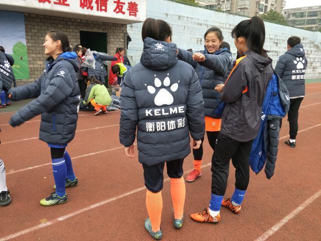 资料图:2018年1月15日,衡阳体彩为衡阳市女子足球队捐赠防寒运动装备.jpg