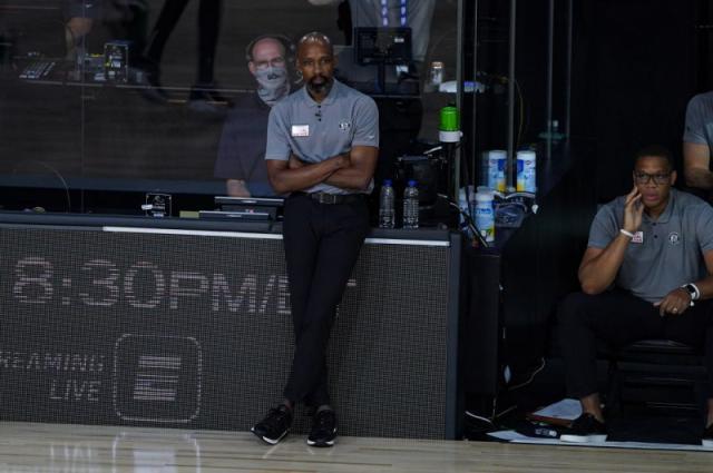 暂停前篮网不久和她们的教练肯尼阿特金森提出分手,助课马克沃恩