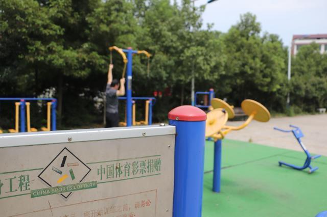 邵阳雨溪社区健身广场,健身器材由中国体育彩票捐建。摄影符洹雨.jpg