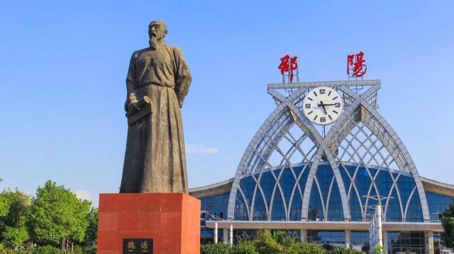 邵阳火车站,前方矗立着历史名人魏源的雕像。摄影谭竹声.jpg