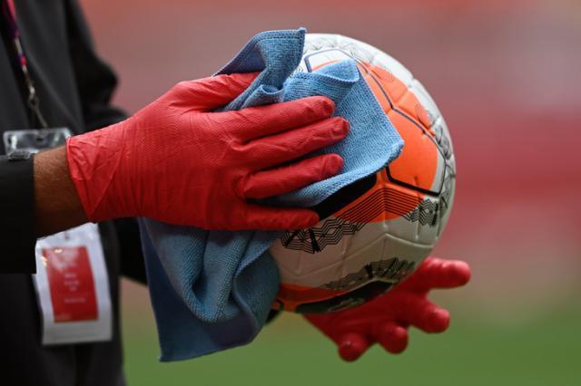 ballon-desinfectele-match-entre-Liverpool-Aston-Villa-5-juillet-2020-Liverpool_0_729_486.jpg
